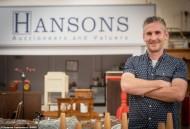 На фото оценщик Hansons Адам Стейплс. Восхитительное кольцо будет продано на аукционе Hansons Auctioneers, что в Этуолле, графство Дербишир.