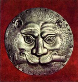 пара прорезных аламов представляет собой плоские диски диаметром 28 см с изображением львиной головы, сжимающей в пасти ствол