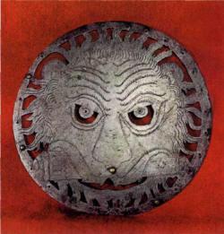 У дисков резьбой на проем прорезаны некоторые элементы морды (грива, уши, пасть, глаза).