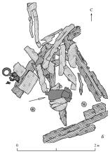 План развалин угловой башни Изяславля с местом находки платья. Стрелкой указано место находки.