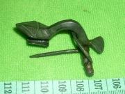 Двучленная 'воинская' фибула с ромбической ножкой и сплошным приемником, IV в.