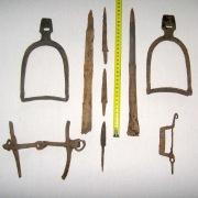 Хазары, набор воина - наконечники копья 2 шт., ножи 3 шт., фибула, стремена 2шт., удила с псалиями