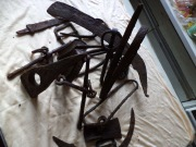 Стремена и удила в наборе с топором, парой серпов, ножом, пряжкой и еще какими-то предметами из крученого железного прута