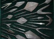 Подборка наконечников стрел разных эпох (начиная с раннего средневековья, вплоть до XIII века) и этнических групп (хазары, аланы, славяне, татары) оформленная на планшете.