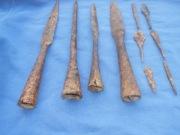 Четыре наконечника копий и шесть наконечников стрел