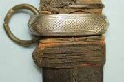 Обойма и кольцо ножен вид на орнамент крупным планом
