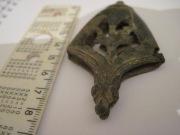 Наконечник ножен меча 11 века, с изображением сокола и волка