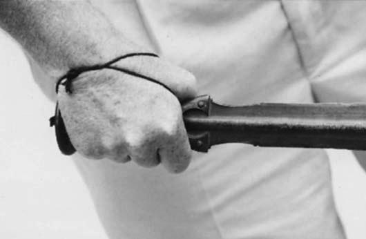 Меч слитой рукоятью, оснащенной кожаным ремешком, не позволявшим выпустить оружие из руки