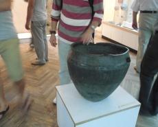 Замечание о том что трогать руками экспонаты, тем более древние, сделал