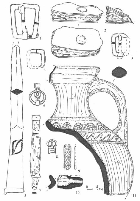 Инвентарь погребения № 522. 1, 3, 4 – сбруйные пряжки; 2 – фрагмент полки седла с металлическими пластинами; 5 – наконечник копья; 6 – чумбурный блок; 7 – нож; 8 – поясная пряжка; 8 – наконечник поясного ремня; 9, 10 – керамика из заполнения могильной ямы. 1, 3-5, 7 – железо; 2 – дерево; 6, 8, 9 – бронза; 9, 10 – глина