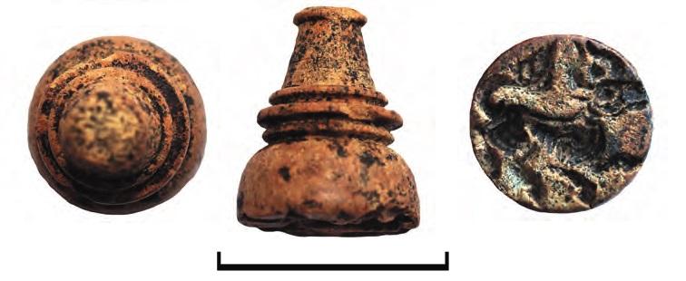 Костяная печать-матрица шахматовидной формы с круглым основанием